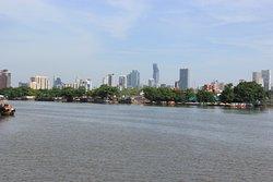 Uitzicht over de rivier en de skyline van Bangkok