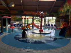 Детская комната с басейнами. Подходит для деток от 3 лет, тепло, много неглубоких басейнов, горки, игровая комната и маленькое дакузи для родителей.
