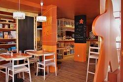 Vue du Philibar depuis l'entrée du bar avec un gros meeple orange en premier plan.