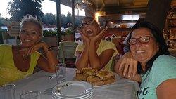 Girls 2 Perasma Grill Stoupa