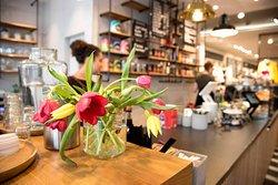 Helles Cafe, gemütliche Sitzplätz und freundlicher Service - das alles 100% klimaneutral