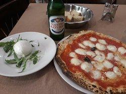 Pizza de mozzarela (DOC), mozzarela de búfala (iba el día de mozzarela xDDD) y cervecita Nastro Azzurro.