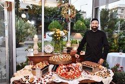 ο σεφ μας σε παρουσίαση μπουφέ γλυκών