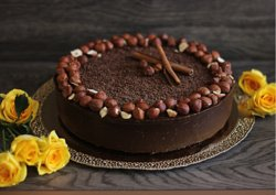Шоколадный торт «Брауни с фундуком и черносливом» |  RAW  Состав: бисквитные коржи: изюм, кокосовая стружка, финики, ваниль, какао-масло, какао тёртое, фундук.  Прослойка: чернослив, фундук. Шоколадный крем: авокадо, банан, какао-тёртое, какао-масло, финикиковый сироп.  Оформление из производных продуктов с добавлением живых цветов и композиций.  Цена: 6.0 р. За 100 г  Цена за 1 кг. 58 BYN