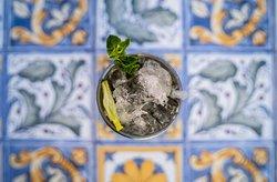 Car Mule - Vodka, distillato di carrube, lime, ginger beer, angostura float