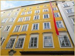 البيت مشهور ومميز بلونه الأصفر الزاهي