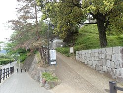 城への入口です。少しだけ登りますがそんなに大変でないです。