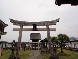 本丸にある朝暉神社。朽木稙昌が父・稙綱を祀ったものです。