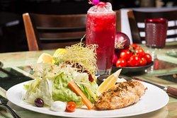 Grelhado Chix Orgânico. House Salad com peito de frango KORIN marinado e grelhado e maionese caseira temperada.