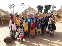 visite d'un village de brousse , plein de partage et de joie de vivre