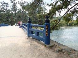 欄干が素敵な青色の橋です。