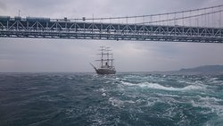 大鳴門橋の下を通過する帆船咸臨丸と流れゆく大渦!うずしお汽船デッキより撮影。