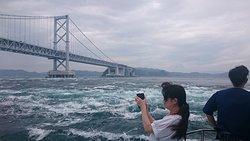 大鳴門橋と渦潮!うずしお汽船後部デッキより撮影。