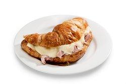 Ofen-Croissant, Feiner Schinken und zart schmelzender Käse in französischem Buttercroissant.