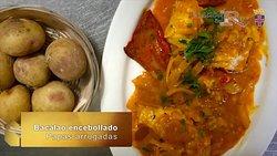 Disfrute el bacalao encebollado con papas arrugadas al estilo canario.