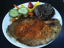 chuleta de cerdo en salsa :  Porción de 350 gr paleta de cerdo en salsa criolla Guarnición: , Arroz moros y cristianos, y Patacón, ensalada verde y frutas