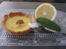 Tartelette aux amandes & lemond curd et poudre de chocolat.