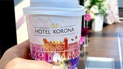Kawa na wynos? W Hotelu Korona, każdy Gość może zabrać na drogę stylowy kubek pełen pysznej kawy!