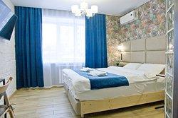 Большая двуспальная кровать при необходимости делится на 2 односпальные кровати. Большой телевизор с цифровым ТВ, рабочий стол, кондиционер