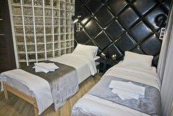Большая двуспальная кровать при необходимости делится на 2 односпальные кровати