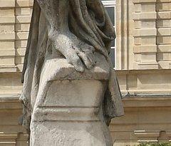 Personnellement, je n'ai pas aimé cette statue et de plus celle-ci mérite une rénovation, le dessus du socle est sale ainsi que le côté droit.