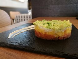 Tartare Papà Nicola:  salmone, scampi, lime, mango e avocado