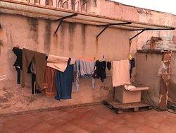 la zona lavanderia a fianco alla doccia della piscina