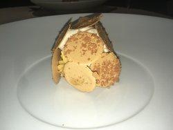 Krokant bladerdeeg van hazelnoot met gelei van passievrucht