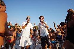 Schiuma Party in spiaggia con i Los Locos.