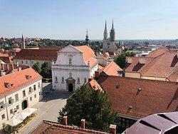 Cidade histórica de Zagreb vista da torre Lotrscak