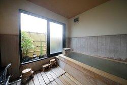 【無料貸切家族風呂】 周りの方に気をつかわずゆっくり入浴したいと思っておられる方のために無料貸切風呂をご用意しています。 ミネラルたっぷりの天然井戸水を使用していますので、温泉気分を味わえると思います。