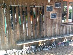 Organisation des bâtons et chaussures des pélerins