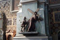 Una caratteristica scultura della Via Crucis