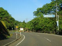 ここは鳥取県の日本海側から20~30キロぐらい内陸にある三徳山という山の中です。 県道21号沿いにある三徳山三佛寺の近所の駐車場の案内があります。