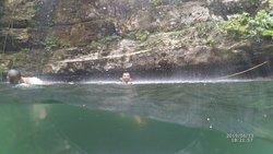 mi esposo disfrutando la cascada del cenote
