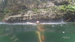 disfrutando la cascada del cenote