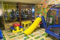 Nosso espaço infantil é amplo, climatizado e oferece uma ótima variedade de entretenimento para sue filho. Totalmente grátis. Voce se diverte e seu filho fica feliz.