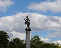 Oh que c'est beau et celle-ci est située dans un des endroits les plus jolies du jardin du Luxembourg. Cette statue est vraiment mise en valeur grâce à une colonne même si j'ai du mal à en apercevoir les détails.