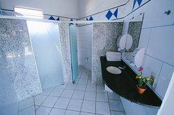 Banheiro externo da área da piscina.