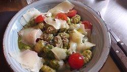 Gnocchi au pesto, tomates cerises et fromage Corse