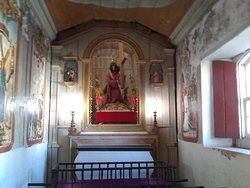 Pelo que entendi esse é um lugar que quando se entra na igreja você pode ficar aqui e rezar em silencio