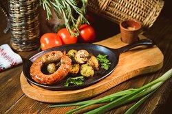 Колбаса домашняя с жареным картофелем и шкварками   Home-made sausage with fried potatoes and cracklings