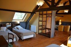 """La suite """"Le Grenier"""", une vaste chambre pouvant accueillir jusqu'à 7 personnes confortablement !"""