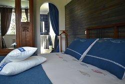 """La chambre """"Marine"""" avec son grand lit double """"queen size"""""""