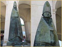 مجسمات وتماثيل في الساحة العجيبه
