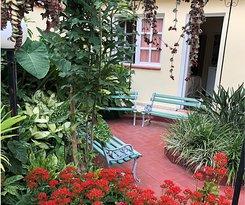 Zona de descanso con bancos en nuestro jardín, frente a la habitación número 1.