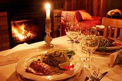 Na foto: salmão grelhado com espaguetti ao pesto de rúcula! Delícia