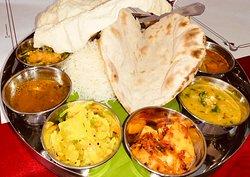 Thali du sud. Plat vegetarien. Fait avec des légumes de l'inde, accompagne des sauces, chappati, papadam et dessert. Ce plat est servi sur une feuille de bananier. Disponible au jardin de l'inde de clermont de mercredi à samedi
