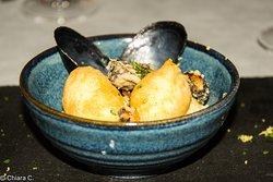 Hummus di ceci, cozze fritte e zeppole salate