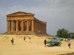 questa la maestosità del primo tempio con una scultura in bronzo di Icaro prima esposta dallo scultore Igor Mitoraje poi donata alla valle dei templi